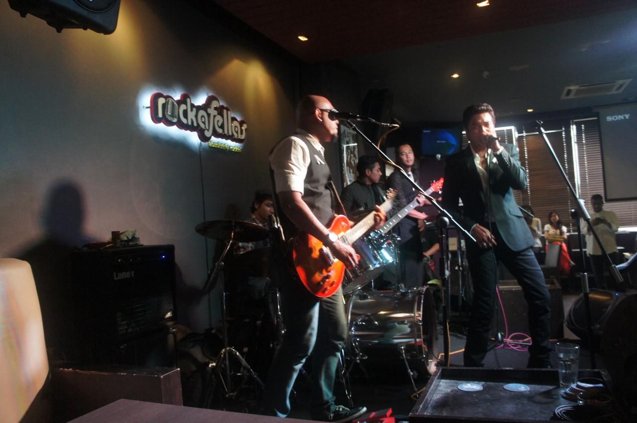 Hydra performing Hujung Mentari live at Rockafellas.