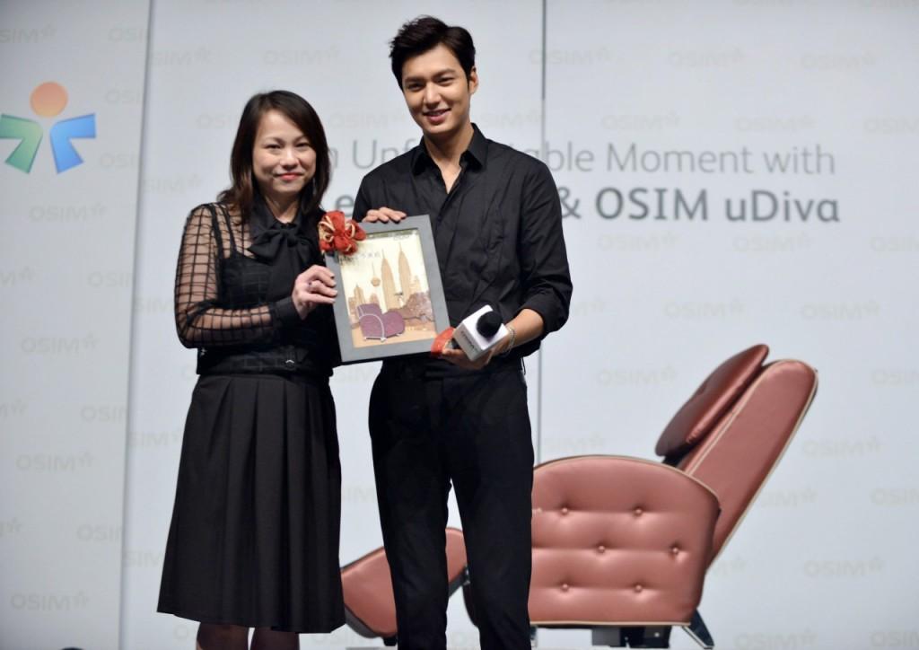 Ms Chia Presenting OSIM Gift to Lee Min-ho