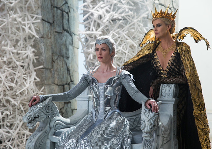 """Emily Blunt & Charlize Theron in """"The Huntsman: Winter's War"""" (Source: Universal Pictures)"""