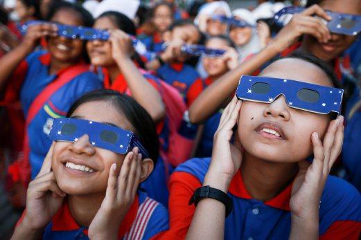 KUALA LUMPUR 09 MARCH 2016. Pelajar Sekolah Kebangsaan Covent Bukit Nenas teruja melihat fenomena gerhana matahari separa di Planetarium Negara. NSTP/ASYRAF HAMZAH