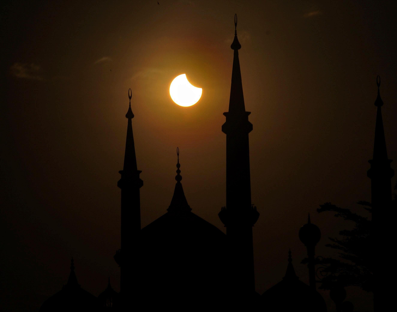 KUALA TERENGGANU, 9 Mac -- Gerhana matahari separa mula terbentuk dirakamkan pada jam 7.40 pagi Rabu di Taman Tamadun Islam, Kuala Terengganu. --fotoBERNAMA (2016) HAK CIPTA TERPELIHARA