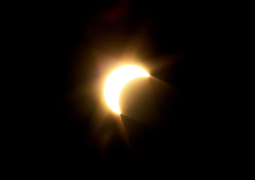 KANGAR, 9 Mac -- Fenomena gerhana matahari separa yang dapat dirakamkan kira-kira pukul 8.30 pagi Rabu di perkarangan Kompleks Dewan Undangan Negeri (DUN) Perlis, Kangar, Rabu. Gerhana matahari terjadi apabila bumi, bulan dan matahari berada dalam kedudukan yang selari. Kali terakhir rakyat Malaysia melihat fenomena gerhana matahari separa ialah pada bulan Jan 2010. --fotoBERNAMA (2016) HAK CIPTA TERPELIHARA