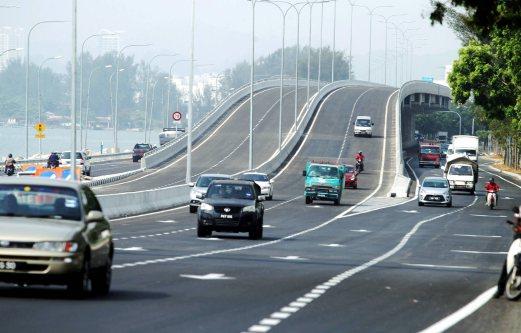 PENANG 06 APRIL 2016. Orang ramai mengunakan Lebuh Raya Bayan Lepas (BLE) yang dirasmikan Menteri Kerja Raya, Datuk Seri Fadillah Yusof. Lebuhraya Bayan Lepas dari Batu Maung ke Sungai Nibong sepanjang 3.2 kilometer yang menelan belanja RM337 juta merupakan sebahagian daripada inisiatif penguraian trafik dan membantu mengurangkan kesesakan lalulintas di antara Batu Maung dan Sungai Nibong, semalam. NSTP/RAMDZAN MASIAM