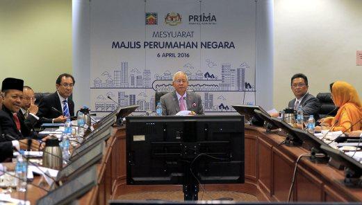 KUALA LUMPUR, 6 Apr -- Perdana Menteri Datuk Seri Najib Tun Razak (tengah) mempengerusikan mesyuarat Majlis Perumahan Negara di Bilik Jawatankuasa Parlimen hari ini. Turut hadir Menteri Kesejahteraan Bandar, Perumahan dan Kerajaan Tempatan, Datuk Seri Rahman Dahlan (dua, kanan) dan Timbalannya Datuk Halimah Mohamed Sadique (kanan). --fotoBERNAMA (2016) HAK CIPTA TERPELIHARA