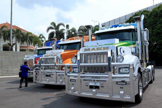JOHOR BAHRU 08 MAY 2015 Sultan Johor, Sultan Ibrahim Iskandar, akan memandu sendiri satu daripada tiga trak Mack pada Kembara Mahkota Johor (KMJ) 2016. NSTP/ZAIN AHMED