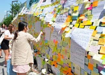 Post-its memory wall at Gangnam Subway Station (Source: The Korea Times)