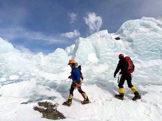 BATU PAHAT 23 MAY 2016 ( METRO JB944F / BH ) Mohd Farul Aidib Mahamad Yusoff, 22, (kiri) sedang mendaki ke puncak gunung tertinggi di dunia melalui Tibet dan memulakan pendakian dari Camp 3 pada jam 11.45 malam. NSTP/IHSAN UTM SKUDAI