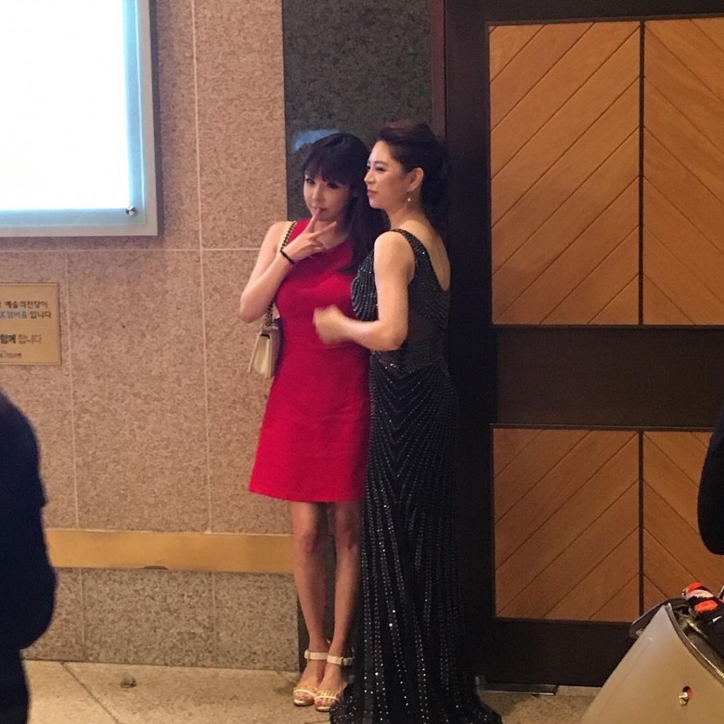 Park Bom with her sister. Source: Twitter