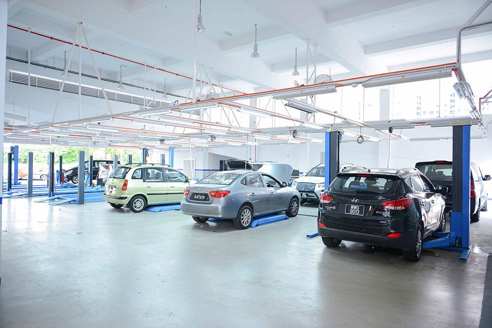 Hyundai-models-parked-at-service-bays-@-Hyundais-Authorised-Service-Centre