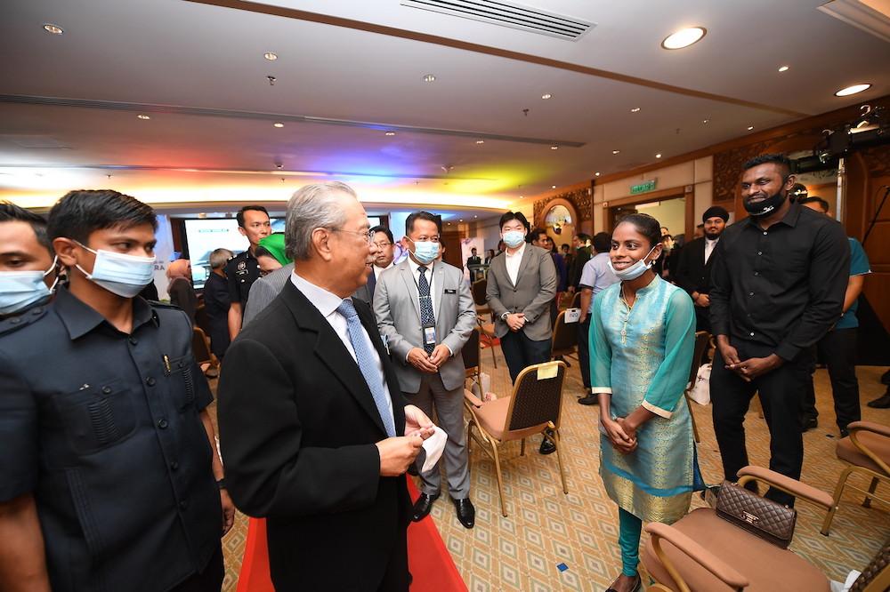 PUTRAJAYA, 9 Julai -- Perdana Menteri Tan Sri Muhyiddin Yassin beramah mesra bersama Youtuber Masakan, S.Pavithra (dua, kanan) bersama suaminya M.Sugu (kanan) pada majlis pelancaran sambutan Ulang Tahun ke-50 Rukun Negara dan Setem khas Rukun Negara di Bangunan Perdana Putra hari ini.--fotoBERNAMA (2020) HAK CIPTA TERPELIHARA