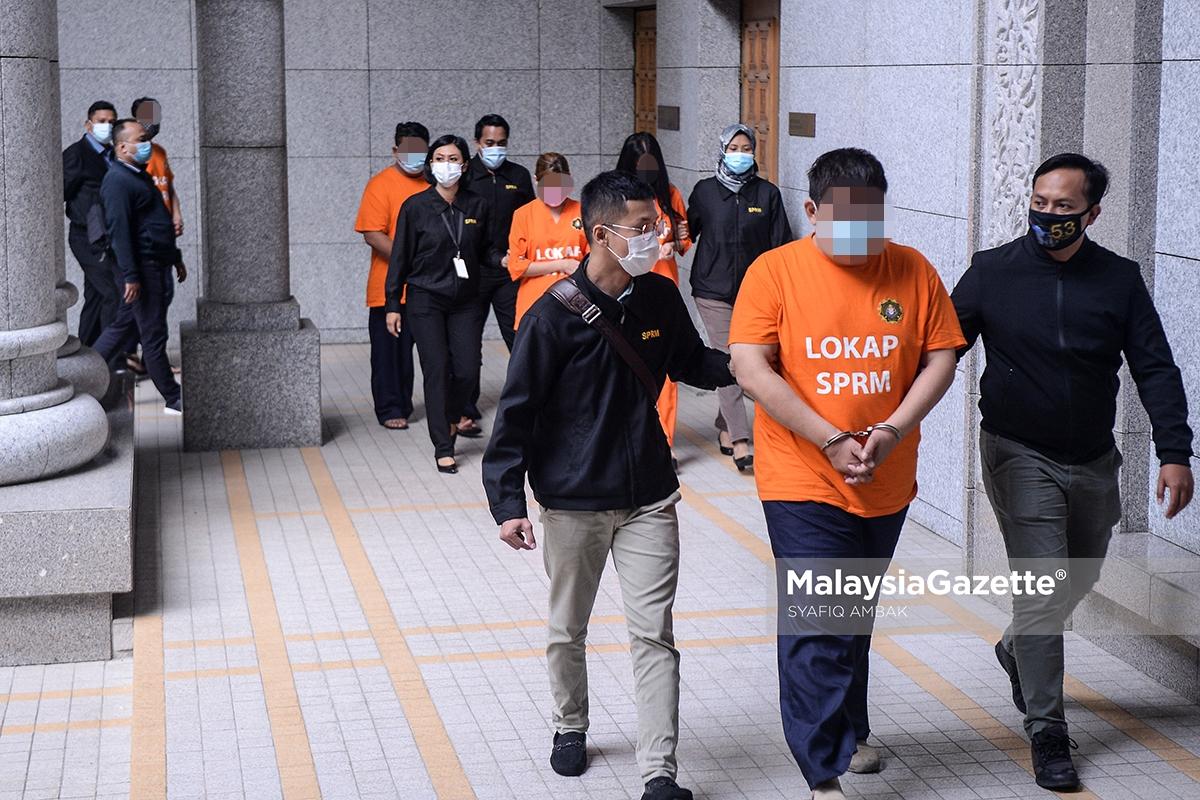 Lima individu termasuk seorang berpangkat Datuk telah dibawa ke mahkamah untuk mendapatkan tahanan reman oleh SPRM di Mahkamah Majistret Putrajaya. foto SYAFIQ AMBAK, 02 SEPTEMBER 2020