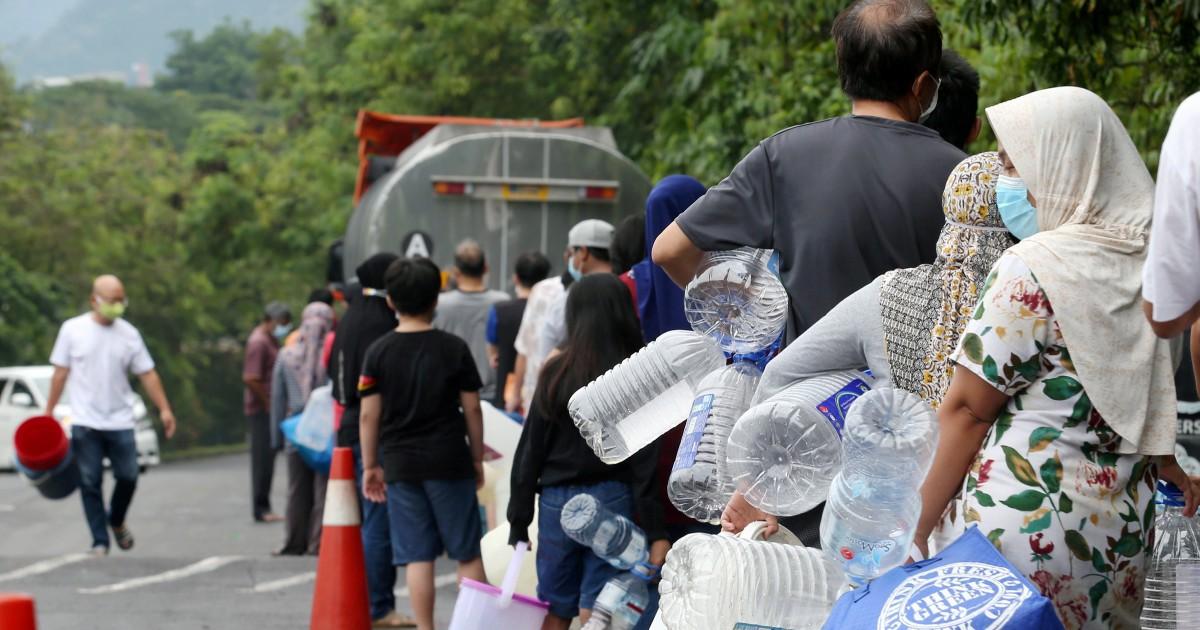 KUALA LUMPUR 05 SEPTEMBER 2020. Orang ramai beratur dan mengambil air di Pusat Khidmat Setempat Pengurusan Air Selangor Sdn Bhd yang dibuka di Persiaran Kenanga, Bandar Sri Damansara berikutan gangguan bekalan air akibat pencemaran yang dikesan pada sumber air mentah di Sungai Selangor. NSTP/EIZAIRI SHAMSUDIN